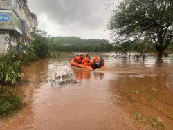 Не менее 125 человек погибли в результате наводнений и оползней в Индии (ФОТО)