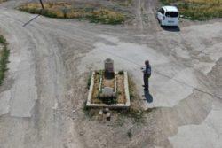 Посреди этой турецкой улицы находится загадочная могила