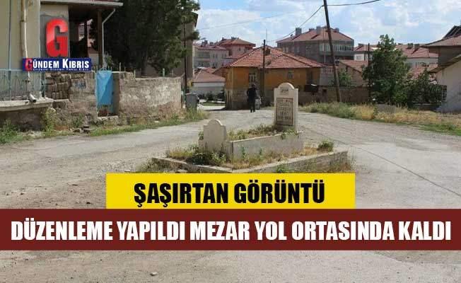 Турция, могила, посреди дороги,