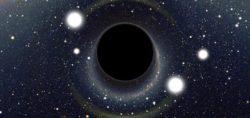За черной дырой обнаружен свет