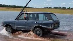 Старый Range Rover превратили в подводную лодку, на которой поехали по дну пруда
