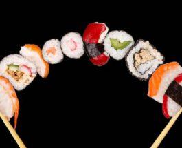 Обои палочки, суши, роллы, морепродукты картинки на рабочий стол, раздел еда - скачать