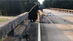 Грузовик сместил эстакаду на 2 метра в уникальной аварии (ФОТО)