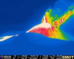 Новое пароксизмальное извержение вулкана Этна в Италии подняло шлейф пепла на высоту 9000 м
