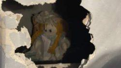 Домовладелец обнаружил жуткую куклу и пугающую записку за стеной в новом доме