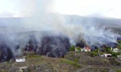 Лава из вулкана на острове Ла Пальма накрыла около 100 домов