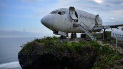 Старый пассажирский самолет на скале должен заманить туристов на Бали