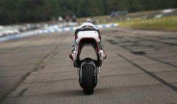Новый спортивный мотоцикл WMC250EV имеет дыру посередине