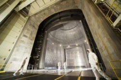 Самая большая в мире вакуумная камера — настолько огромная, что в ней помещается космический корабль