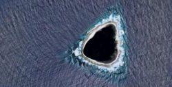 На картах Google найден странный «затемненный» остров — это остров из сериала «Lost»?