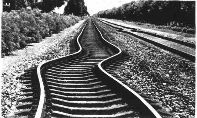Железнодорожные пути после землетрясения в Таншане