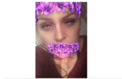 Красивая девушка сделала селфи и увидела на ФОТО нечто шокирующее