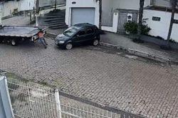 Невезучий эвакуаторщик потерял и разбил машину (ВИДЕО)