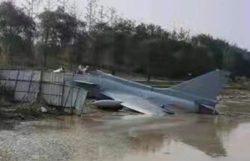 Китайский истребитель J-10 упал в реку (ВИДЕО)